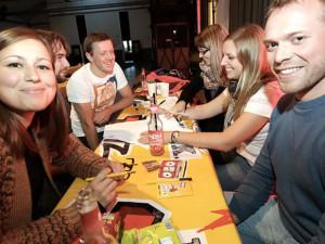 6 Leute passen auch viel besser um den Tisch!